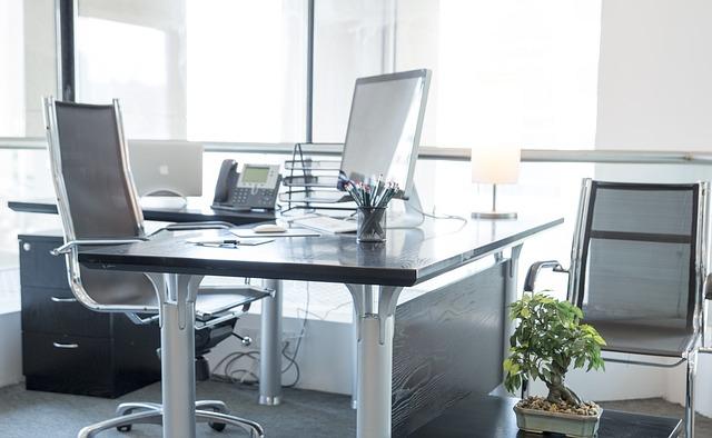 židle u stolu