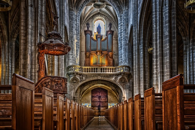 Interiér středověké katedrály