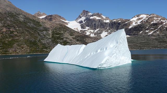 ledovec a skály v pozadí