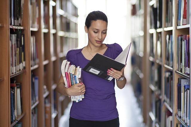 žena v knihovně